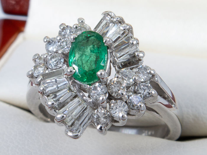 14 karaat Geen minimumprijs - 1.17Ct - diamond & emerald ring - 0.40 ct centraal