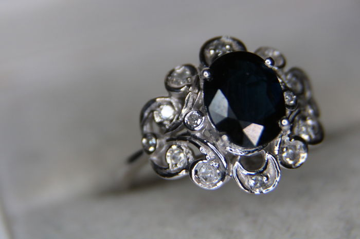 14 karaat Witgoud - Eearly Germany Handcrafted, Ring donkerblauwe saffier - oude geslepen diamanten