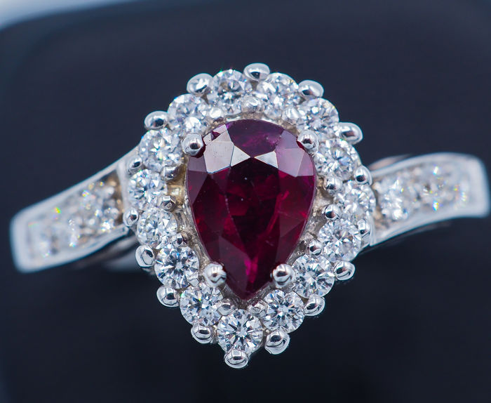 18 kt - White Gold ring - 0.63 ct Deep Red Ruby - 0.46 ct VS Diamonds