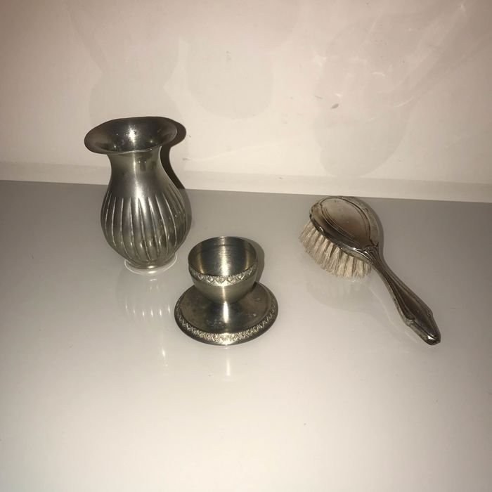 Trio: egg holder + vase + brush (3) - Silver and pewter - Italy - 1950-1999