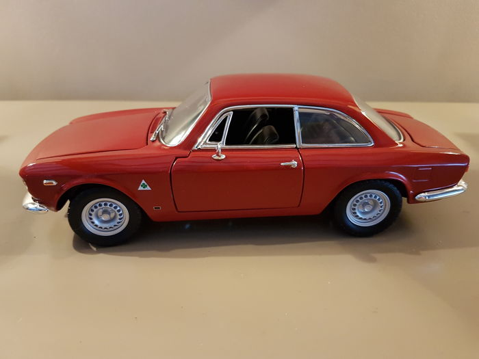 Whitebox - 1:18 - Whitebox - Schaal 1/18 - Alfa Romeo Giulia rood
