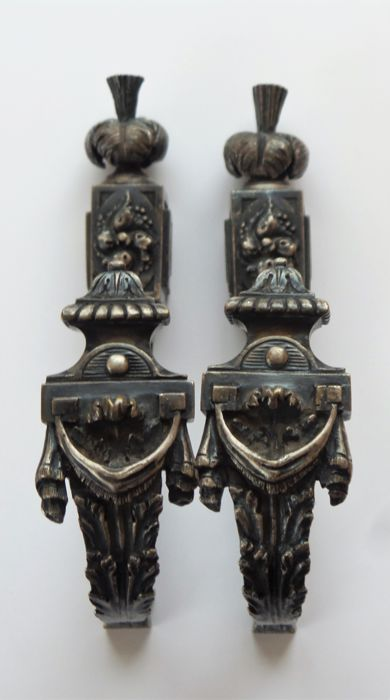 A pair of bronze curtain embrasses - 19e eeuw