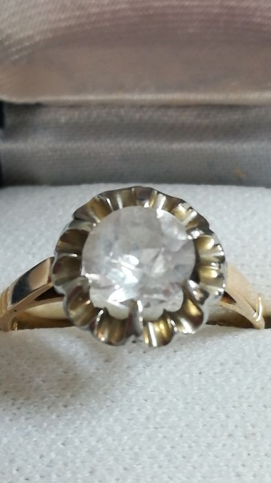 18 kt hold ring with diamond, stone diameter 8 mm antique cut
