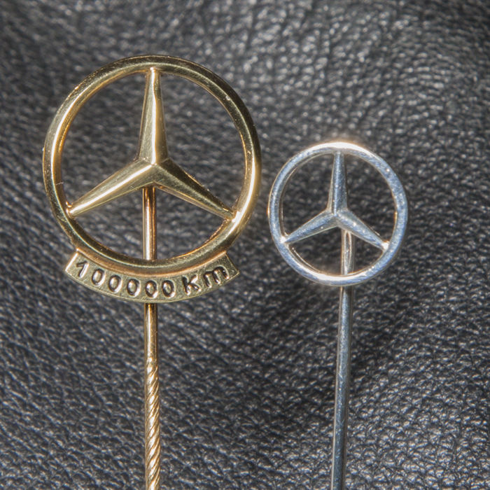 Emblem/maskot - Mercedes-Benz - Polished Mercedes Benz Daimler Silver Gold Pin 100.000 Km  - 1950-1970