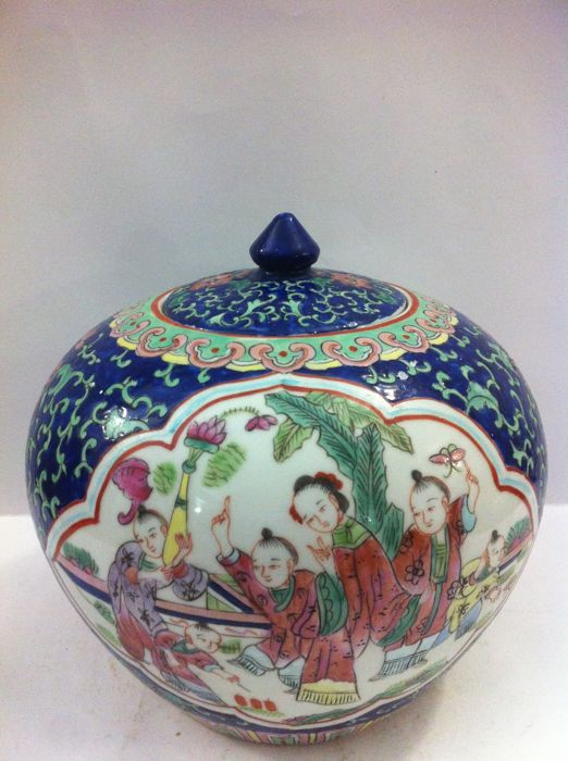 Porcelain potiche - Famille Rose - Porcelain - China - end of the 20th century