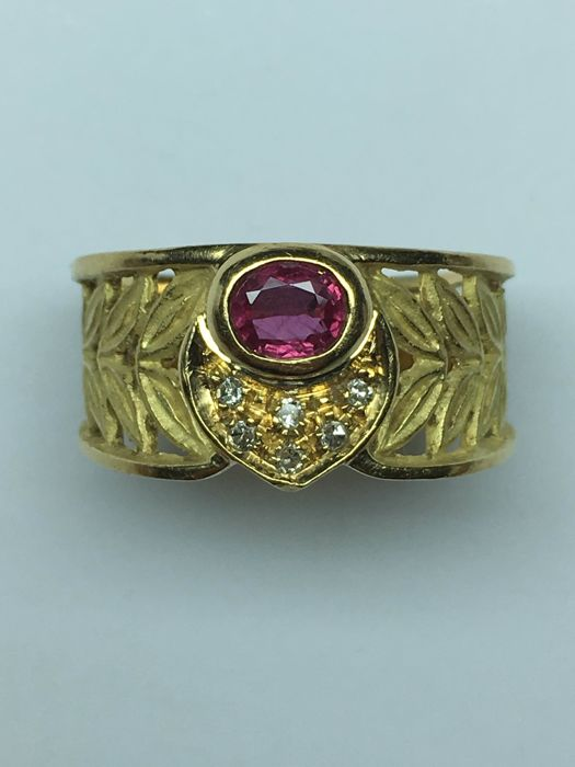 Ring in 18 kt yellow gold with 0.50 ct ruby and 0.08 ct diamonds.