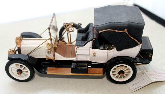 "Franklin Mint - ""1912 Packard Victoria"" - model 1-48 - more than 100 components, coa"