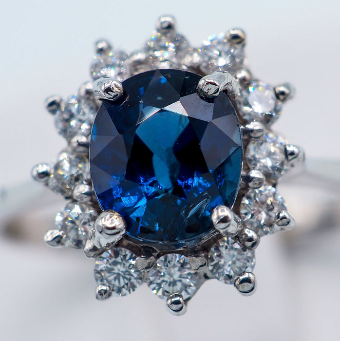 18kt - Bague en or blanc - 1,52ct de saphir bleu profond - VS Diamonds