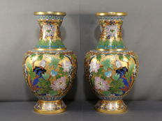 Jarrones (2) - Champlevé - A pair of rich decorated Champlevé vases with gold ground - China - Segunda mitad del siglo XX