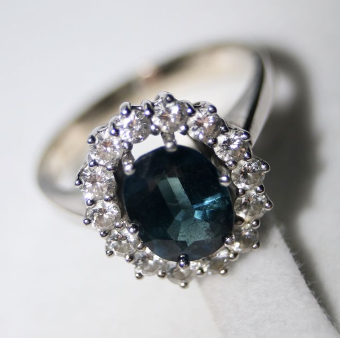 White gold - Ring with - 3.35 ct large facetted blue Sapphire G/VS - and Brilliant cut diamonds ca. 0.70Ct