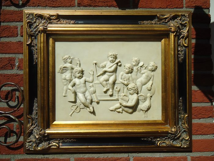 Roe Bros  - gilders  - Plaque representation of cherubs with allegorical attributes, among others. of the Arts