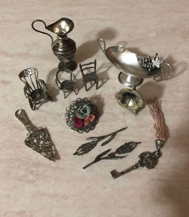 Spikes, Key, Bouchet, Gramophone, Chairs, Amphora, Tray and Masonic Spoon (11) - Silver - Italy - Late 20th century