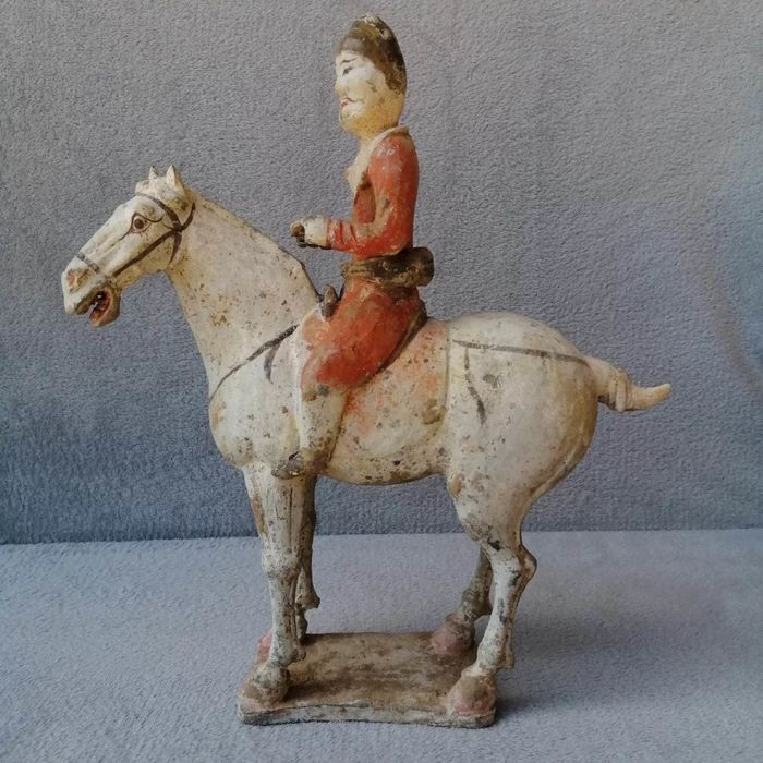 Skulptur - Töpferware - A Fine Painted Grey Pottery Equestrian Figure - H 36 cm. TL test. - China - Tang Dynastie (618-907)