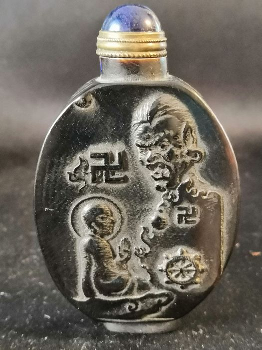 Hand gemacht - Snuff Bottle with Buddha, Swastika and Tiger representation