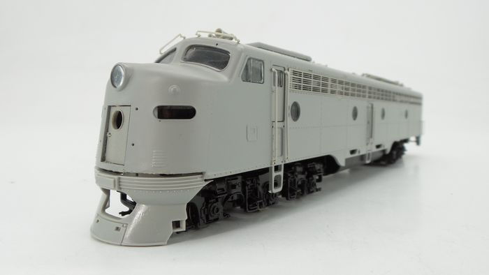 Proto 2000 H0 - 8129 - Diesel-electric locomotive - E8 / 9 'Undecorated'