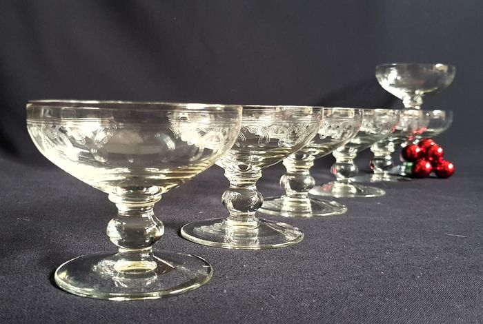 Set of 7 etched Champagne Coupes. (7) - Kristal