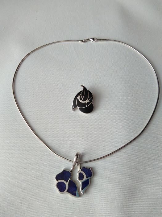 950 en 925 Silver - Two vintage floral pendants inlaid with semi-precious stones and a snake necklace