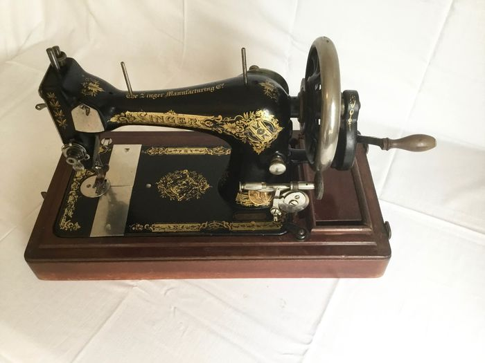 Singer 28 - Sewing machine with wooden dust cover, 1906 - Iron (cast/wrought), Wood