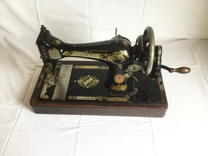 Singer 28K - Sewing machine with wooden dust cover, 1925 - Iron (cast/wrought), Wood