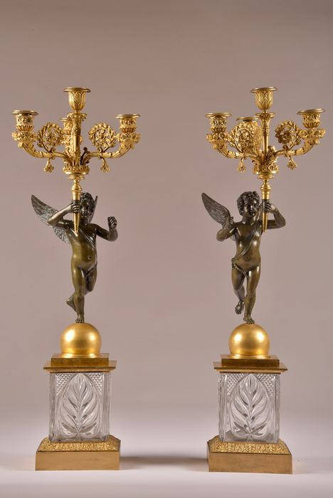 Pair of four-armed candlesticks, the shaft in the form of a putto on crystal base - Louis Philippe - Bronze (gilt), Bronze (patinated), Crystal - 19th century