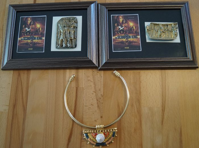 "The Scorpion King (2002) - The Rock - Lot with 3 props - 2 Ornament fragments ""King Memnon's Palace"" (framed) / Prop Necklace Collier"