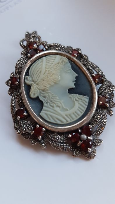 Silver cameo - Brooch, Pendant marcasite and 3 ct. of garnets