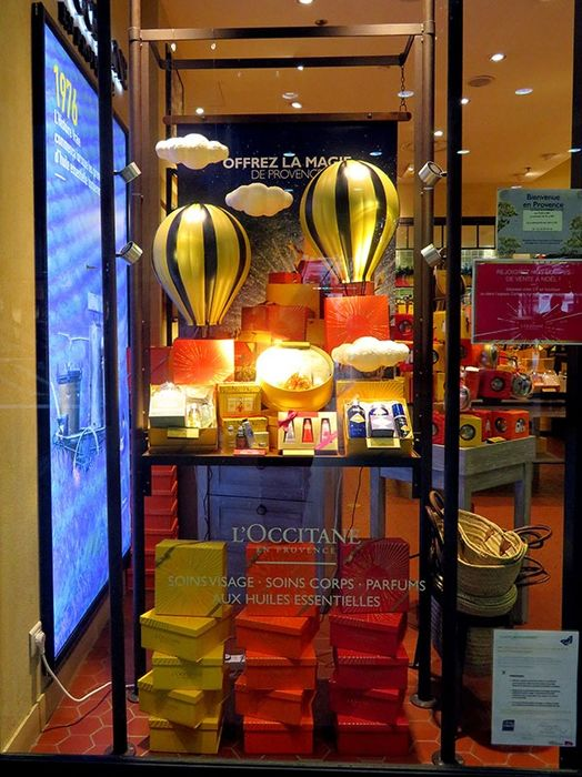 PLV vitrine de parfumerie - L' Occitane de Provence  - Advertising automaton lamp - Hot air balloon - metal & plastic