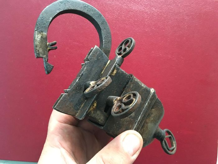 GREAT ANCIENT RARE PADLOCK IN IRON 4 KEYS WITH SECRETIVE SECRET (5) - Iron (cast/wrought)