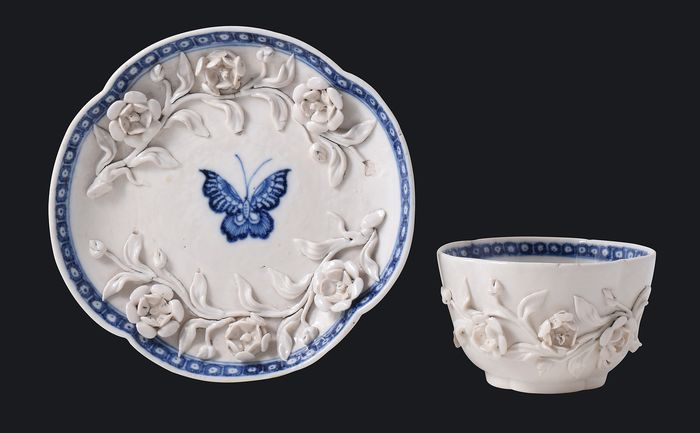 Cuenco y plato de té con decoración en relieve. - Porcelana - China - Qianlong (1736-1795)