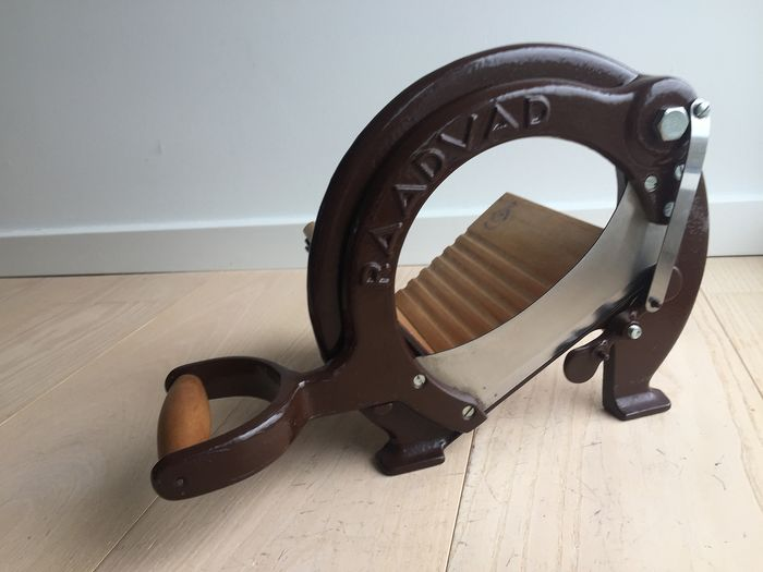 Raadvad - Fine classic bread slicer, brown, mint condition - wood, cast iron and steel
