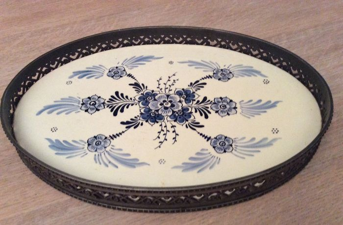 JUMBO - Gouderak - handpainted - Beautiful Delft blue tray with decorated tin rim - Porcelain