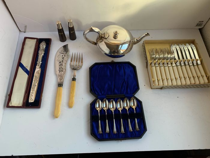 collection of silverplated items inculde tea pot and tea spoon fish cutlery (24) - Silverplate