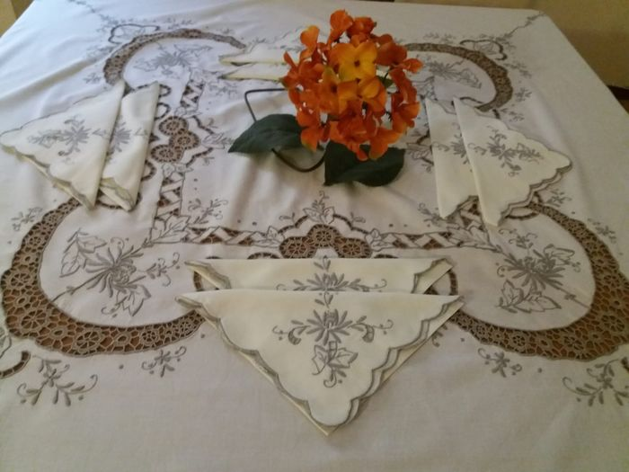 Round tablecloth with fine Madeira lace (9) - Linen - 1950