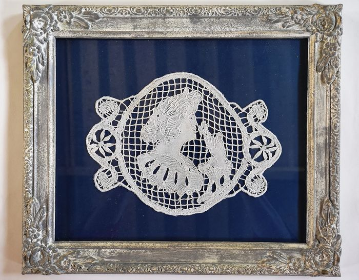 Old piece of manual lace with a woman's face, S XIX. - Old handwork with stripped wood and glass frame.