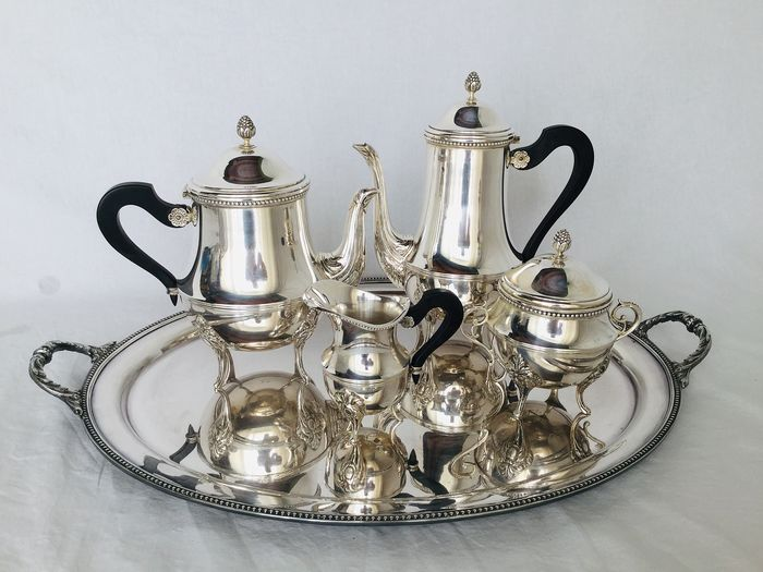 """Louis XVI stijl met mooie rocaille details en ebbenhouten oren , ca 1900 - Exclusive silver plated couple with coffee, tea sugar bowl and milk jug on tray - From the renowned French brand """"ERCUIS"""""""