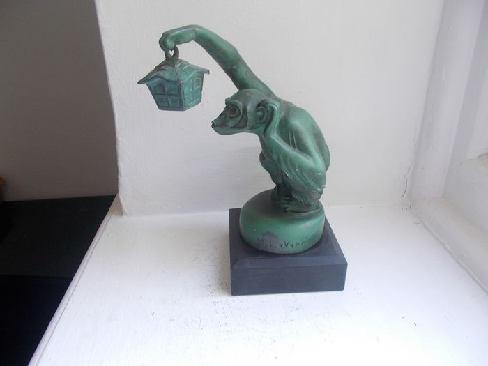 Emblemă/ Mascotă - Vintage French By   Max  Le Verrier Car Mascot Monkey  with Lantern on a marble display base     - 1920-1930