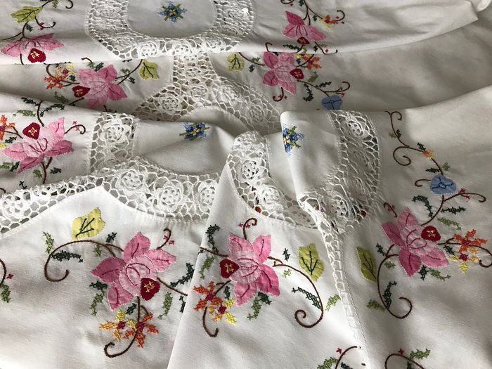 Handmade Round Tablecloth Tablecloth with Lace and embroidered flowers