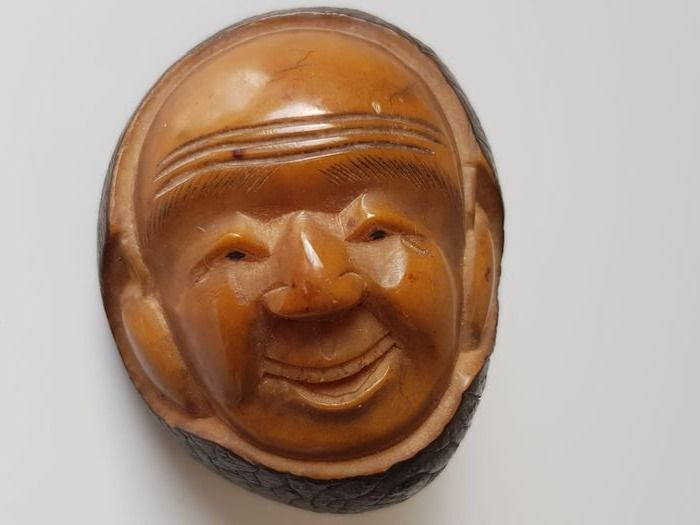 Antique nut carved netsuke - Chestnut - Happy farmer - Signed 'Yamaguchi' 山口 - Japan - First half 20th century