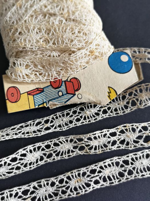 Old lace of bobbins entwined, unused, beige. - Seven meters - Fine lace. Between two - Late 19th century