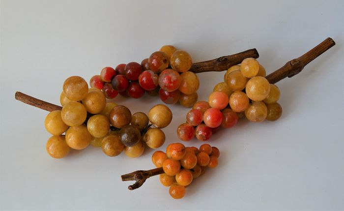 4 bunches of grapes with vines in painted marble and branches in real vine wood - Marble, Wood