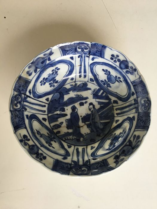 A Chinese porcelain Wanli hit hat bowl. Cracked porcelain with figures and floral decors. (1) - Porcelain - China - 17th century