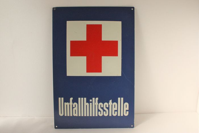 Vintage red cross sign - Aluminium