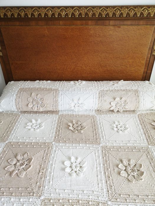 Hand-woven crochet quilt, beige and white. - No reserve price. Beautiful fringe finish. - 1920-1949
