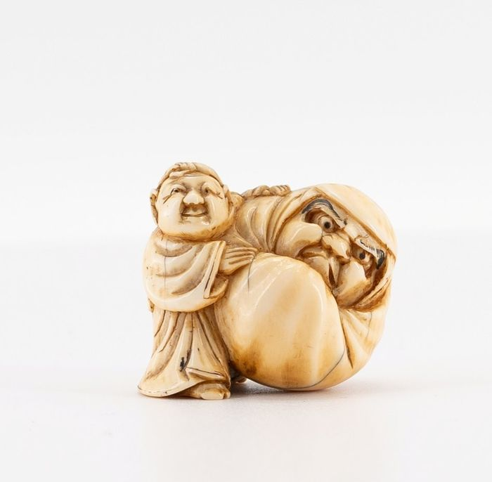 Netsuke - Ivoire -  BOY WITH DARUMA DOLL, signed MASAKAZU 正 - Japon - Période Edo (1600–1868)