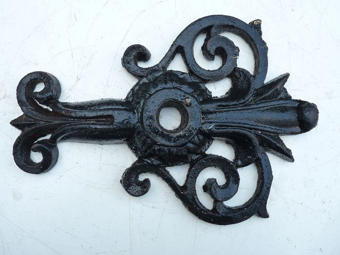 Large and heavy antique wall anchor with lily motifs - cast iron