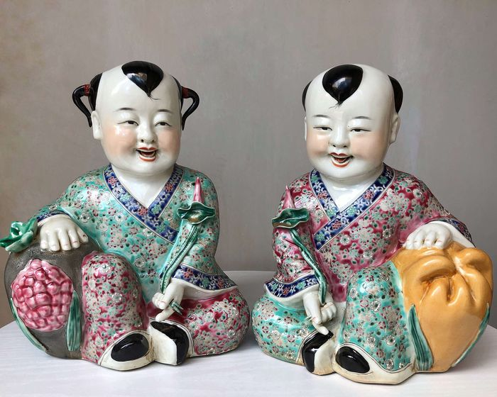 Sculptures (2) - Famille rose - Porcelain - Children - China - Late 20th century