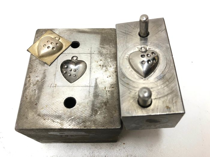 Metal jewelry pendant factory stamps with heart image - Iron (cast/wrought)