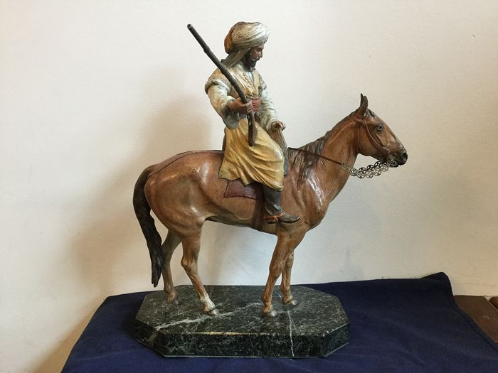 Bergman gieterij - Sculpture, Large Viennese bronze - oriental horse rider with rifle - 38 cm - Bronze - Early 20th century