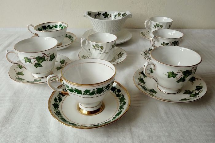 English crockery, tea / coffee cups - sauce bowl all with green leaf motif (8) - Porcelain