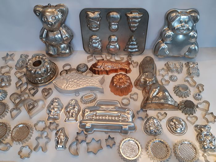 Very large extensive collection of metal baking and pudding molds (88) - Iron (galvanized / tin-plated) and Aluminum